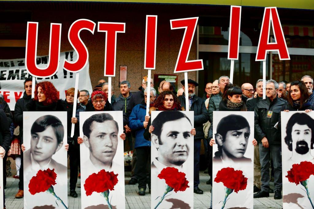 Manifestación reclamando justicia por los cinco opbreros asesinados en la matanza de Vitoria de 1976. EFE