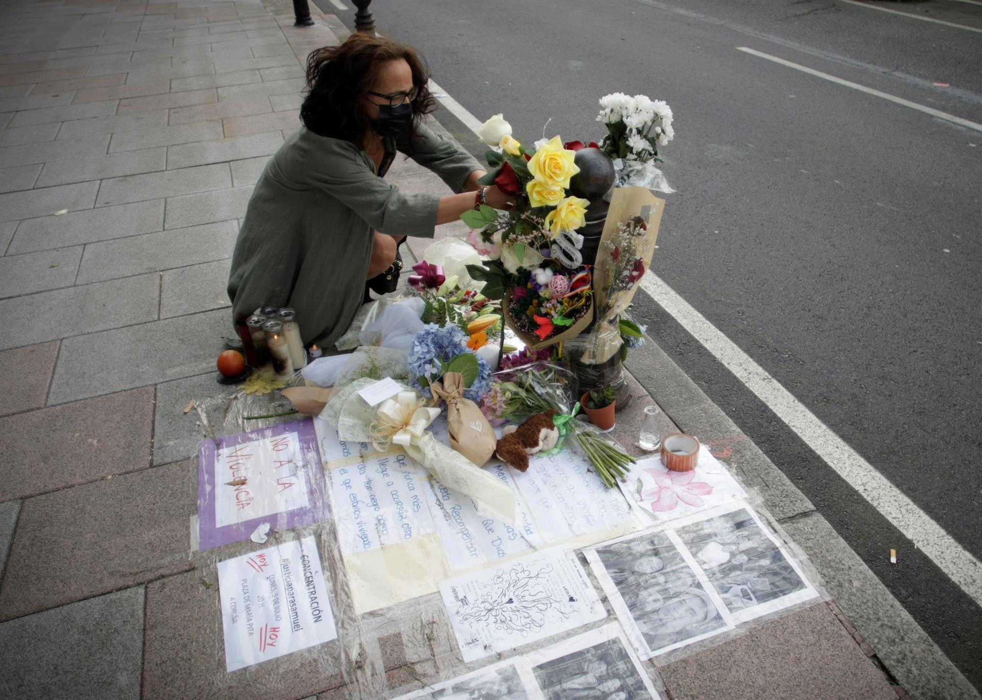 Una mujer depositaba flores en el lugar donde en la madrugada del sábado fue asesinado Samuel, el joven que se encontraba de fiesta con una amiga y al que varias personas propinaron una paliza. EFE/ Cabalar