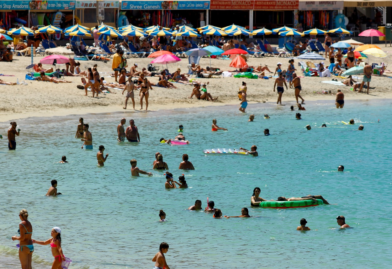 Turistas bañándose en la playa de Amadores, al sur de la isla de Gran Canaria. REUTERS/Borja Suarez