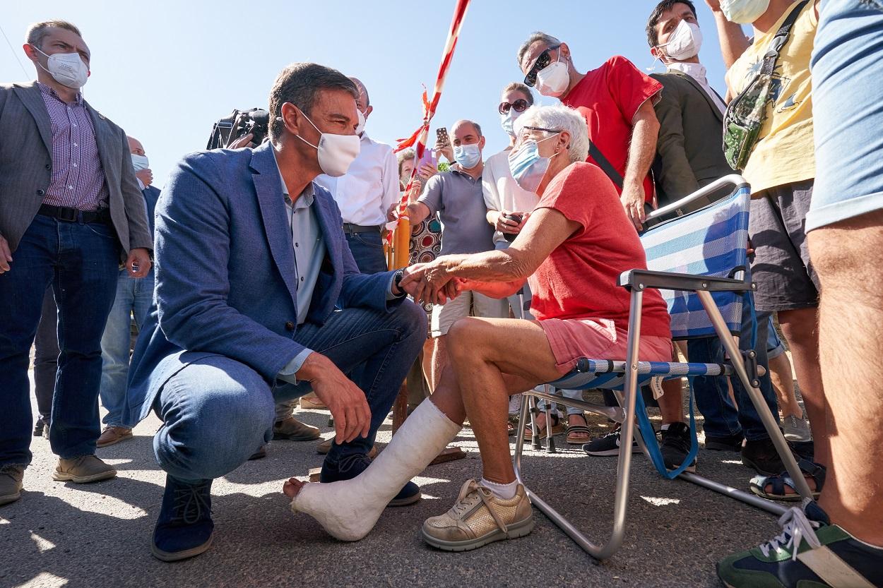 El presidente del Gobierno Pedro Sánchez, saluda a una anciana escayolada durante su visita a parte de la zona afectada por los incendios en la provincia de Ávila. EFE/Raúl Sanchidrián/POOL