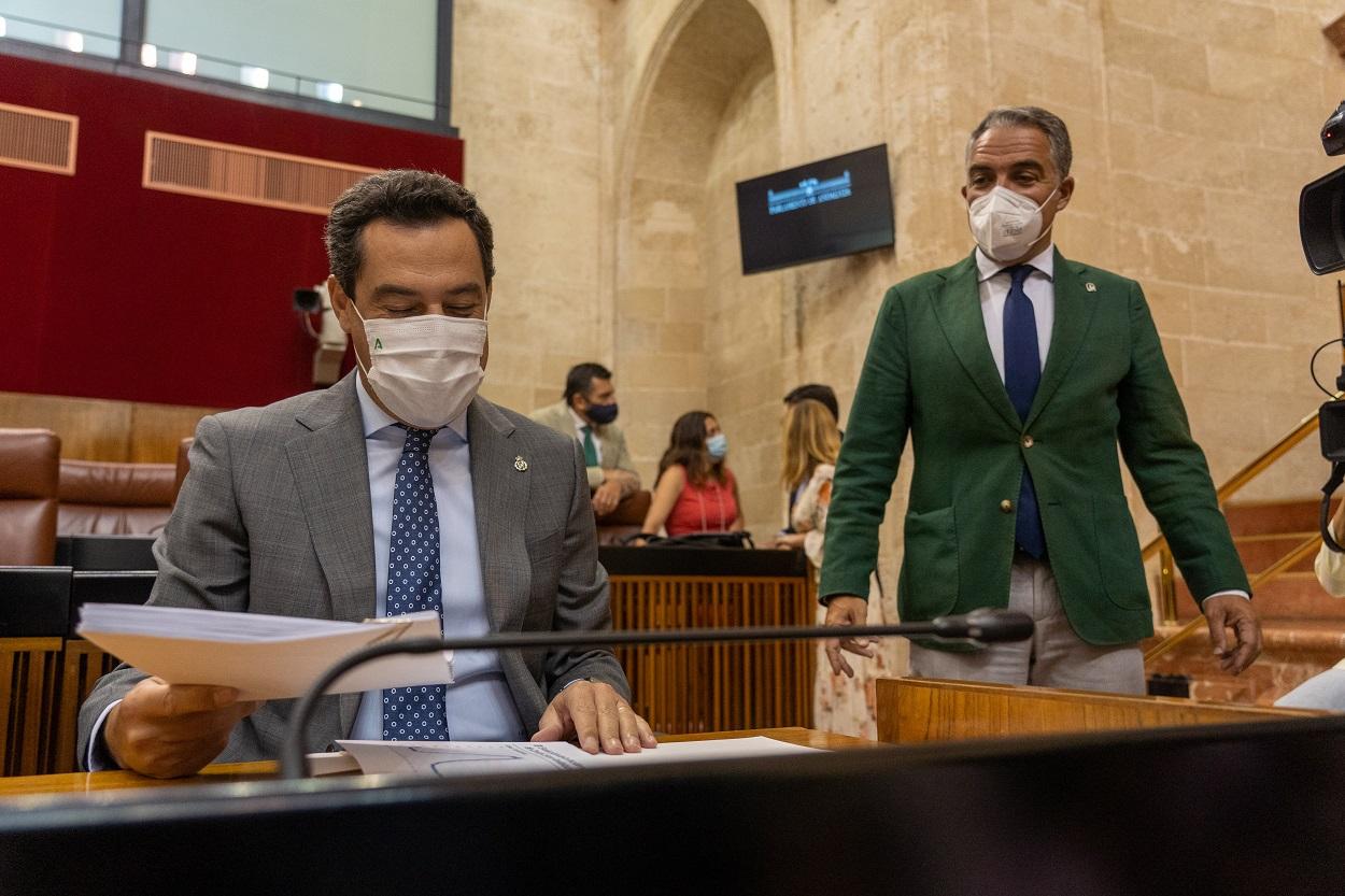 El presidente de la Junta de Andalucía, Juanma Moreno, junto a el consejero de la Presidencia, Elías Bendodo, antes de comparecer en el Pleno del Parlamento autonómico. E.P./ Eduardo Briones