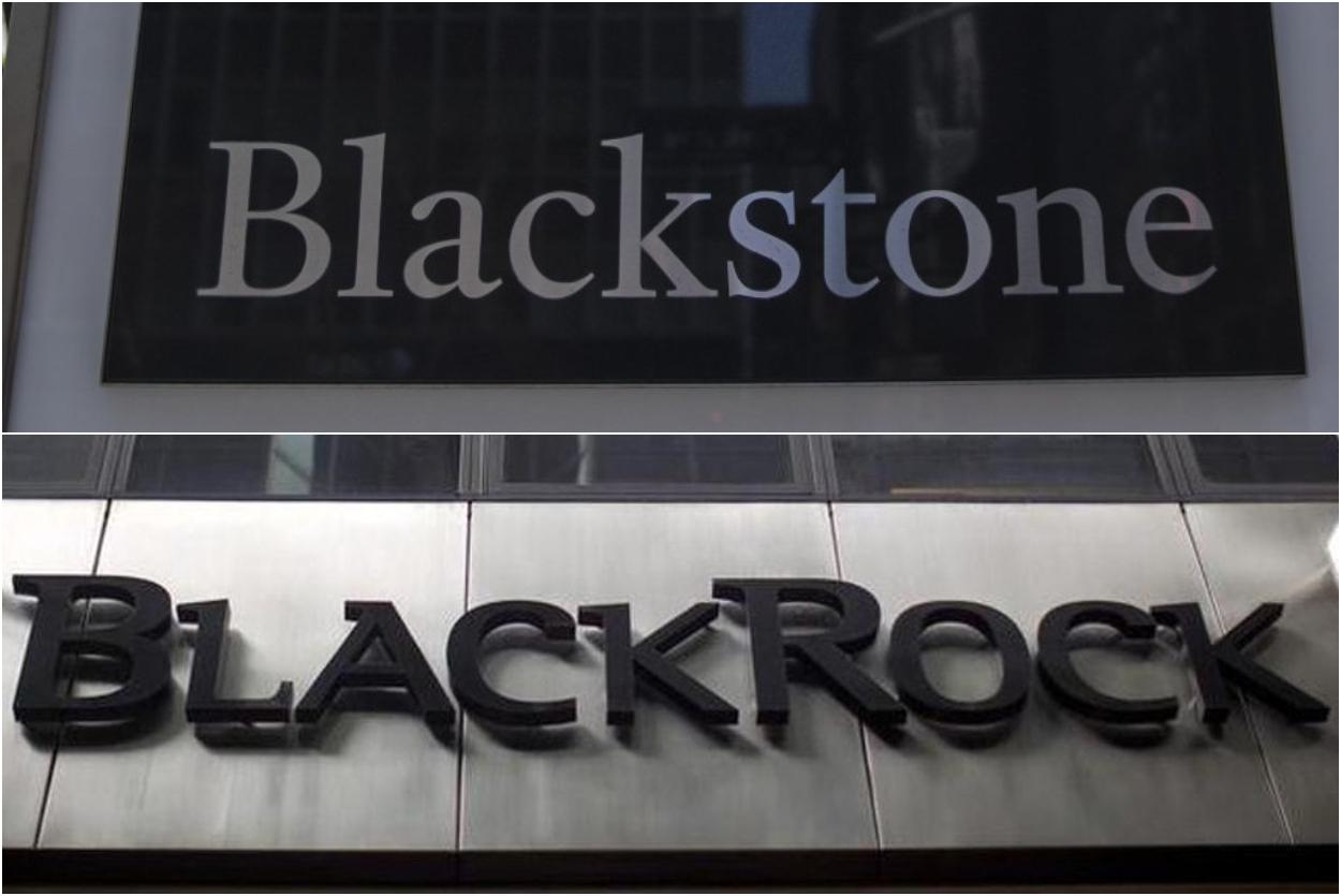 Los logos de las gestoras de fondos Blackstone y BlackRock, en sus respectivas sedes en Nueva York.