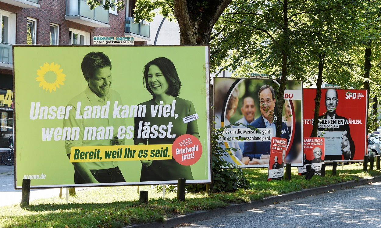Carteles electorales de los candidatos de los Verdes, la CDU y el SPD, en una calle de Hamburgto (Alemania). REUTERS/Fabian Bimmer