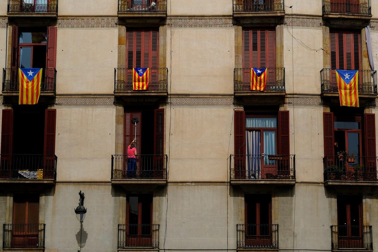 Balcones con esteladas en Barcelona, cerca de la Plaza de Sant Jaume, donde está el Palau de la Generaliltat. REUTERS/Nacho Doce