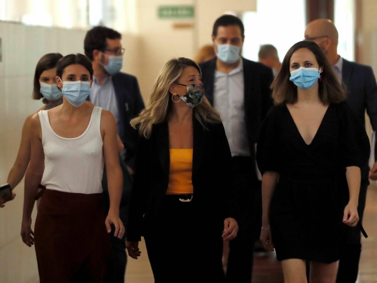Las ministras de Trabajo y Economía Social, Yolanda Díaz (c); Igualdad, Irene Montero (i); y de Derechos Sociales y Agenda 2030, Ione Belarra. (EFE)