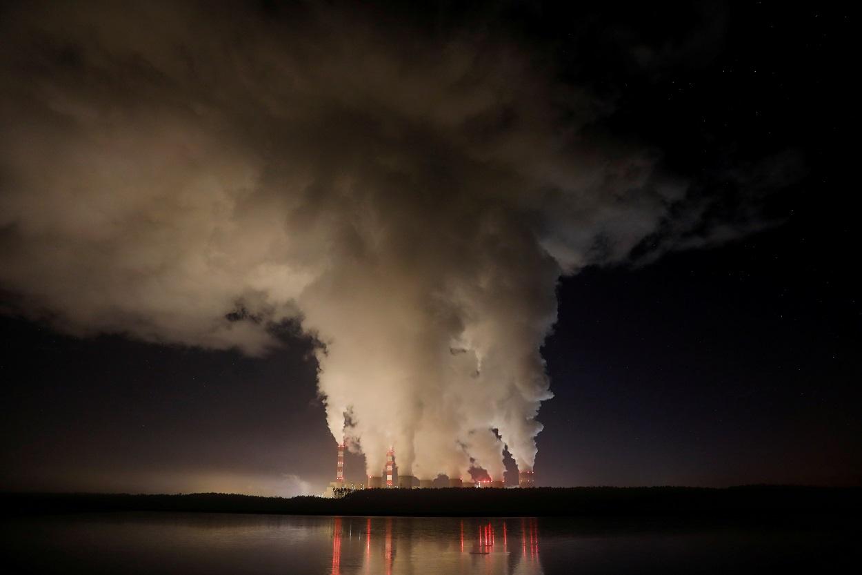 Columnas de humo y vapor se desprende de la planta eléctrica de Belchatow, la mayor central de carbón de Europa, operada por PGE Group, cerca de Belchatow, en Polonia. REUTERS/Kacper Pempel