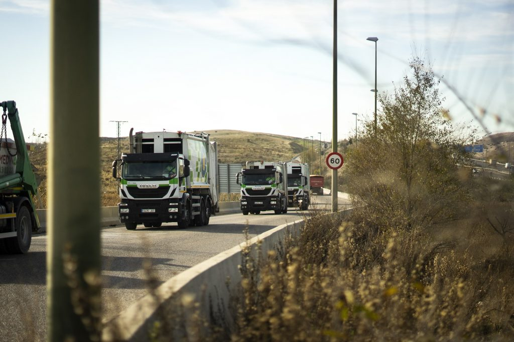 Camiones de basura en ruta hacia un vertedero. ANA BELTRÁN