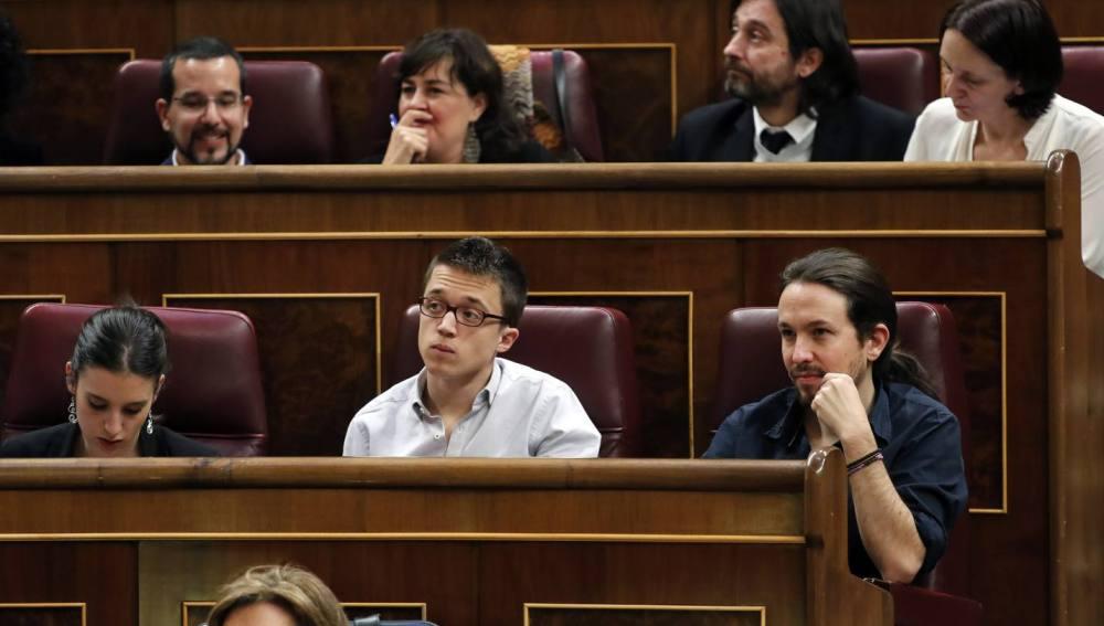 ***CORRIGE PIE DE FOTO*** GRA271. MADRID, 01/03/2016.- Los diputados de Podemos, Pablo Iglesias (d), Íñigo Errejón (c) e Irene María Montero (i), entre otros, durante la primera jornada de la sesión de investidura del secretario general del PSOE, Pedro Sánchez, esta tarde en el Congreso de los Diputados. EFE/JAVIER LIZÓN