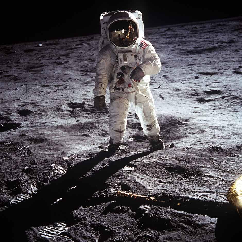 Los astronautas y algunos otros objetos aparecen extrañamente iluminados
