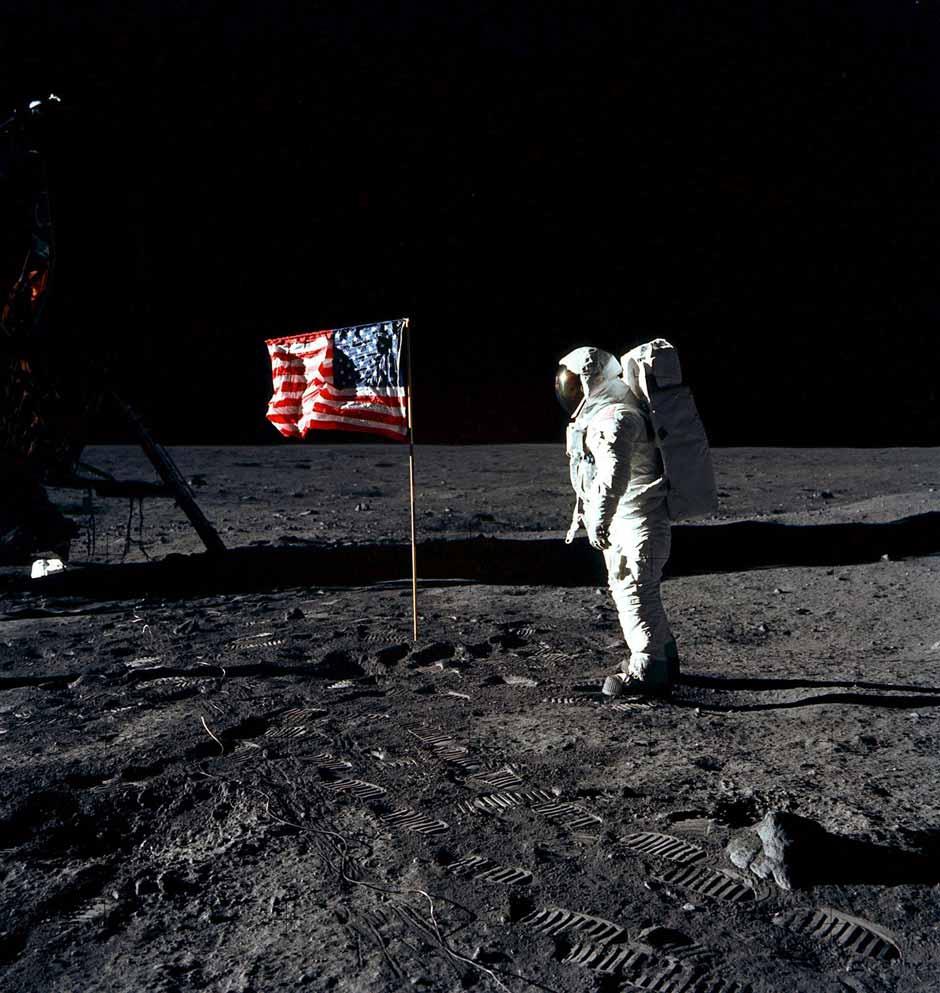 En las imágenes se puede ver la bandera de EEUU ondeando, lo que no es posible si no hay atmósfera