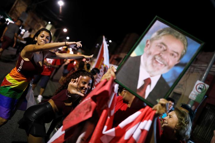 Seguidores del candidato del PT brasileño, Fernando Haddad,, sostienen un retrato de Luiz Inacio Lula da Silva, durante la jornada de la primera vuelta de las elecciones presidenciales, en la localidad de Fortaleza. REUTERS/Nacho Doce