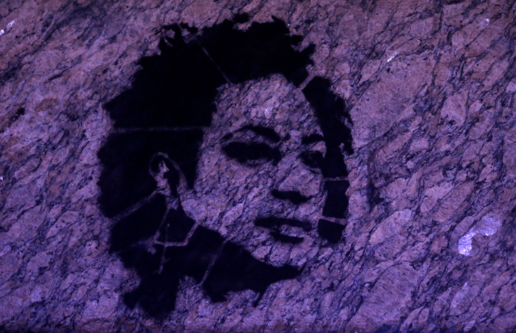 El retrato de Marielle Franco dibujado opr un artista callejero en un muro del ayuntamiento de Rio de Janeiro. REUTERS/Ricardo Moraes