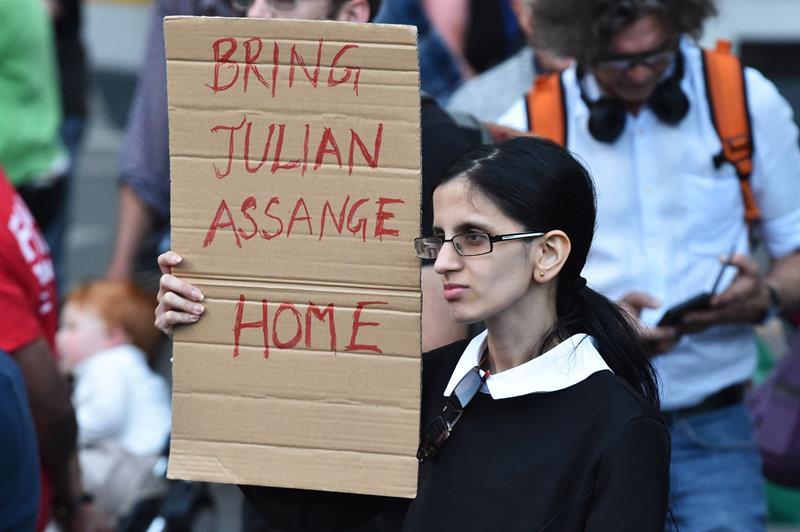 Varias personas muestran su apoyo en Melbourne (Australia) al fundador de WikiLeaks, Julian Assange, tras su detención. EFE/ James Ross