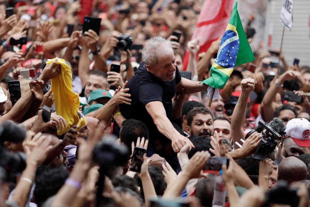Simpatizantes del expresidente de Brasil Luiz Inácio Lula da Silva (c) lo llevan en hombros en Sao Bernardo do Campo (Brasil), su cuna política, en su primer día en libertad después de 1 año y 7 meses entre rejas. REUTERS/Ueslei Marcelino