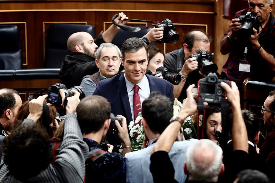 El candidato socialista Pedro Sánchez, que logró este martes la confianza del Congreso para un nuevo mandato como presidente del Gobierno, al lograr una estrecha mayoría de 167 votos a favor, 165 en contra y 18 abstenciones, posa para los medios gráficos. EFE/Mariscal