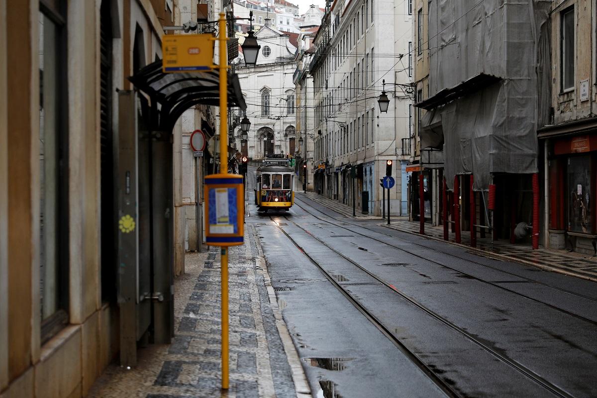 Un tranvía pasa por una calle prácticamente desierta del centro de Lisboa, durante las medidas de control por la pandemia del coronavirus. REUTERS/Rafael Marchante