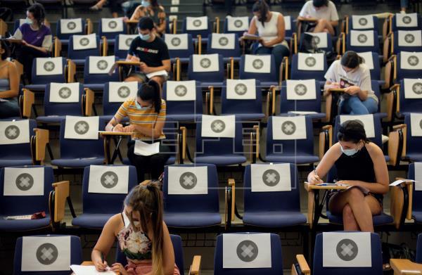 Varias estudiantes se examinan en una universidad / EFE