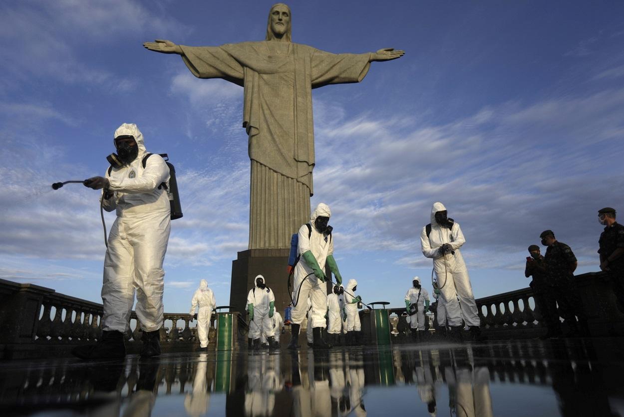 Un grupo de militares trabaja en la desinfección del Cristo del Corcovado, para su reapertura al público, , tras cinco meses de inactividad por la covid-19. REUTERS/Ricardo Moraes
