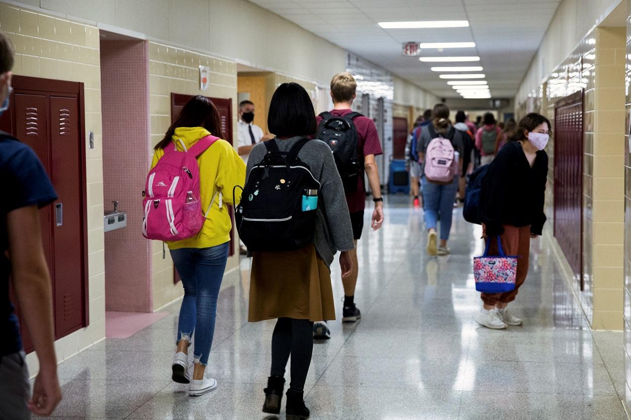 Estudiantes con mascarilla en los pasillos de una escuela en York (Pensilvania, EEUU). REUTERS / Rachel Wisniewski
