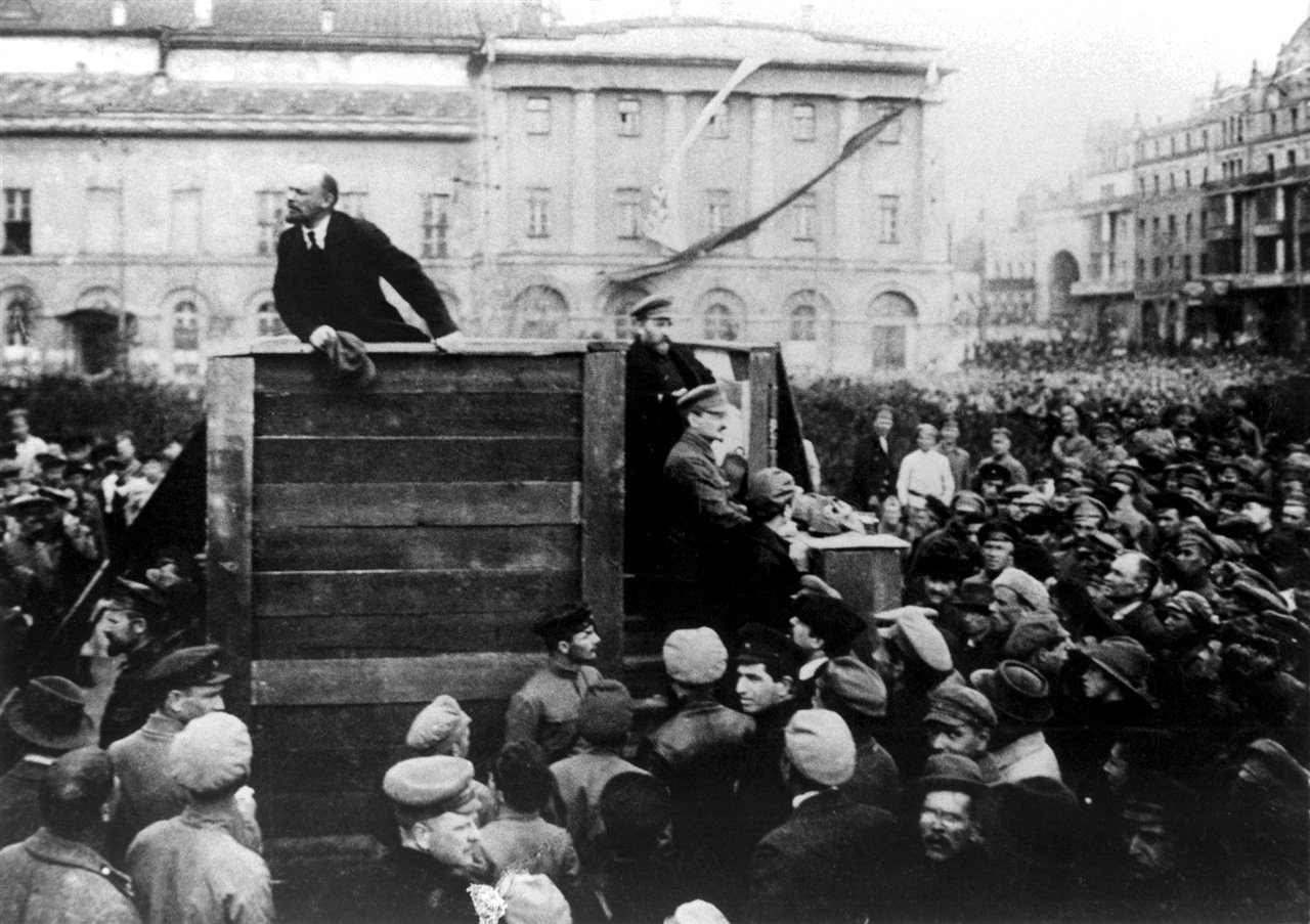 Lenin dirige una arenga, en la plaza Bolshói de Moscú, a las tropas que se disponían a partir al frente en 1920.