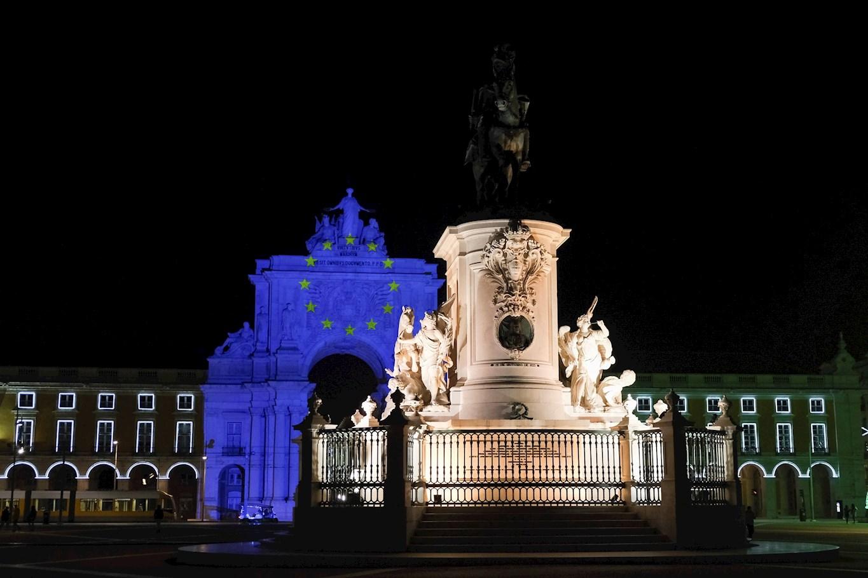 La estatua del rey José I tiene como telón de fondo un círculo de estrellas proyectadas en luz azul en el arco de la calle Augusta para marcar el día en que Portugal asume la presidencia de la UE, en Lisboa. EFE/EPA/ANTONIO COTRIM