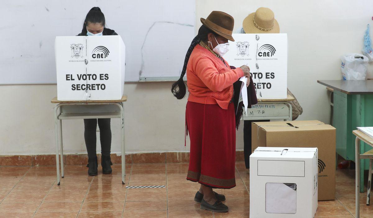 Una mujer vota en la primera vuelta de las elecciones presidenciales de Ecuador, del pasado febrero. REUTERS