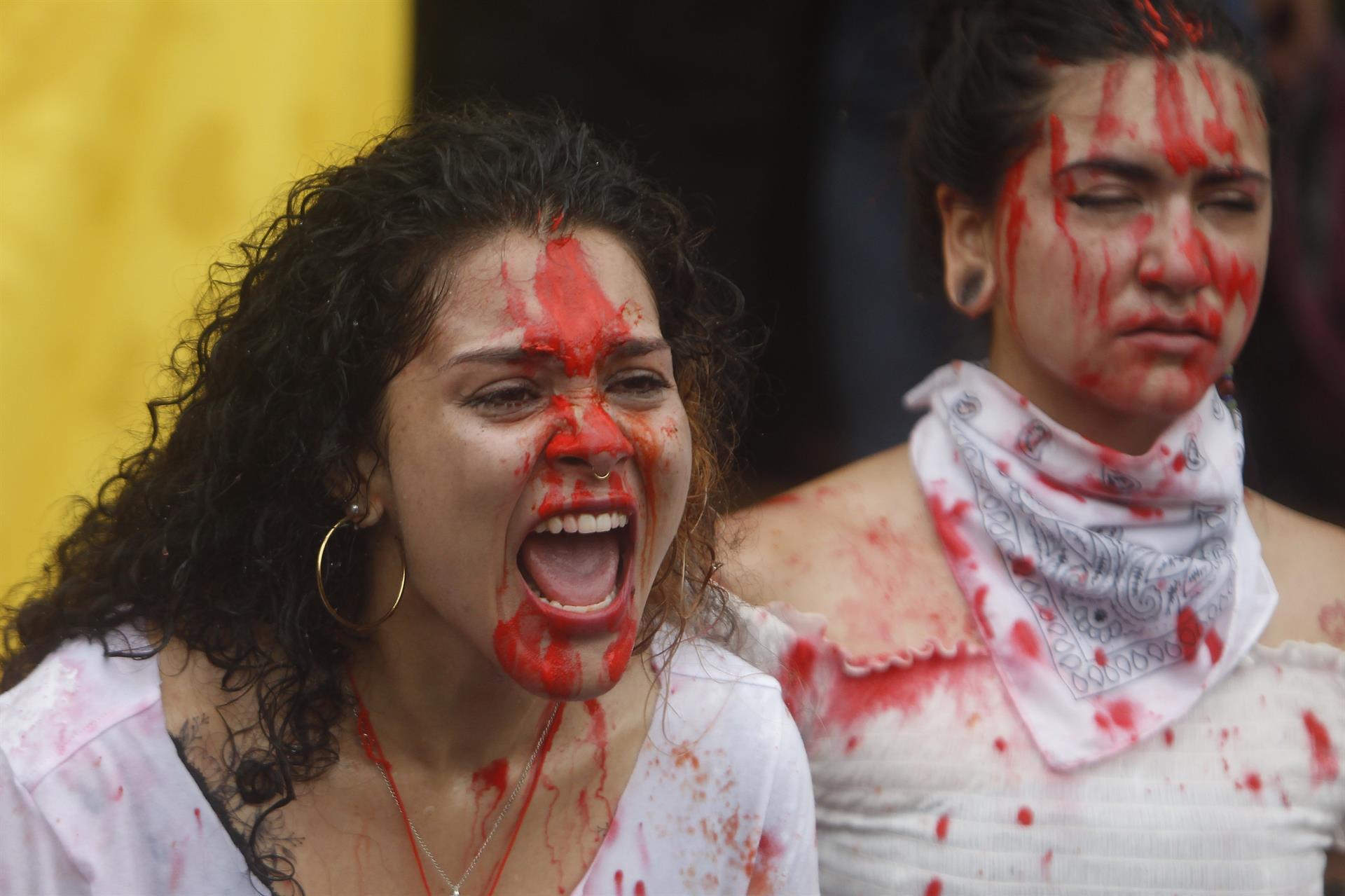Jóvenes participan en una representación artística y simbólica en el Parque de los Deseos, durante una nueva jornada de protestas en el marco del Paro Nacional, en Medellín (Colombia).- EFE