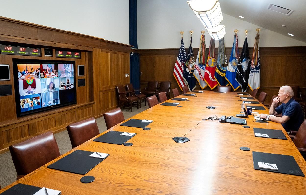 El presidente de EEUU, Joe Biden, durante una videoconferencia con la vicepresidenta Kamala Harris y otros altos funcionarios de la Administración norteamericana, para analizar la situación en Afganistán. REUTERS/Twitter @WhiteHouse