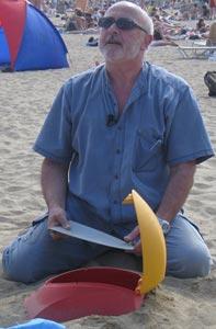 Rafael Gallego explica su invento en la playa.