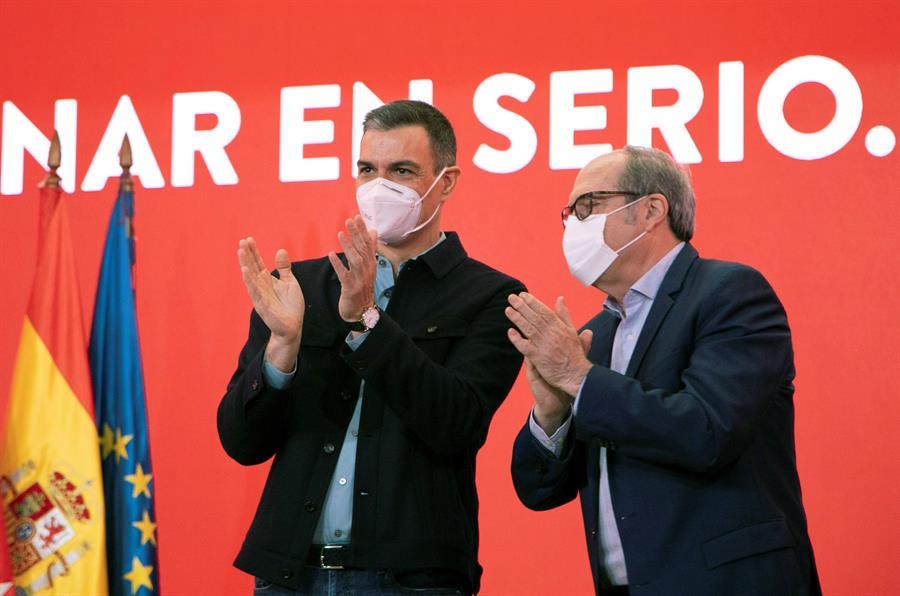 El secretario general del PSOE y presidente del Gobierno, Pedro Sánchez (i), junto al candidato socialista a la Presidencia de la Comunidad de Madrid, Ángel Gabilondo.- EFE
