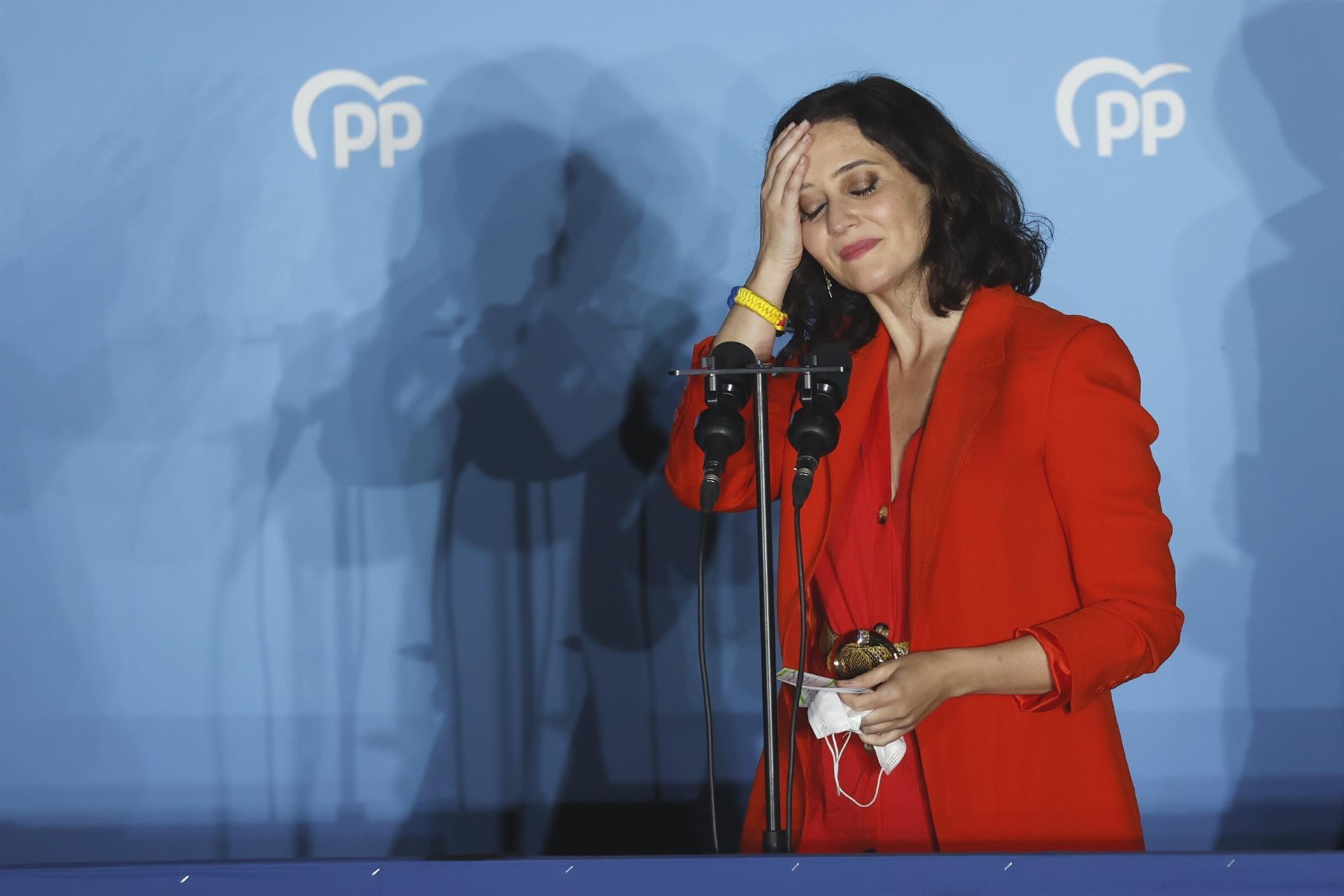 La presidenta de la Comunidad de Madrid y candidata por el Partido Popular a la reelección, Isabel Díaz Ayuso, en el balcón de la sede del partido en la calle Génova.- EFE