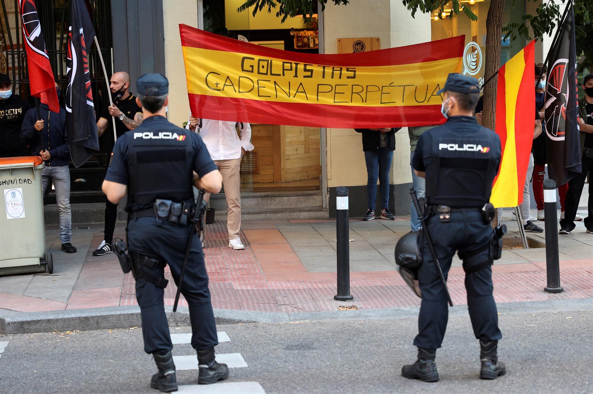 """Miembros de la organización política de extrema derecha """"Bastión Frontal"""" asisten a una protesta contra la inminente aprobación de los indultos a los líderes independentistas del """"procés"""", este lunes en Madrid. EFE/Rodrigo Jiménez"""