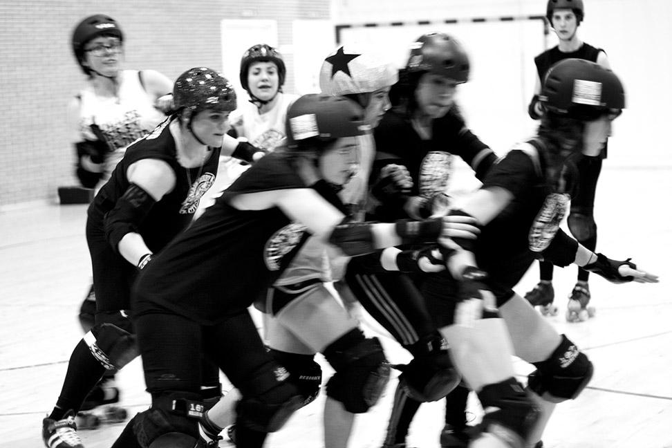 En el Roller, un deporte muy físico, las caídas son habituales debido al contacto físico entre las jugadoras.- CHRISTIAN GONZÁLEZ