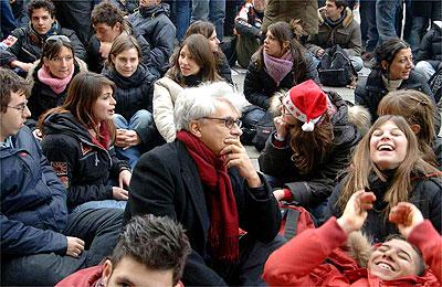 Bifo rodeado de estudiantes en una protesta en Bolonia