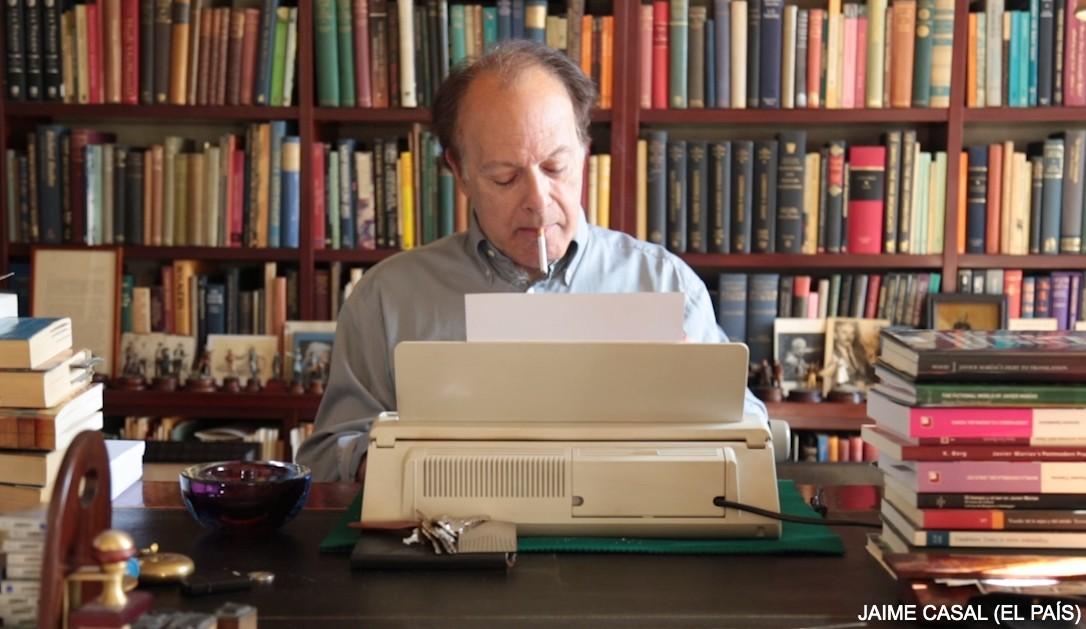 Javier Marías y su máquina de escribir Olympia Carrera de Luxe. / JAIME CASAL (El PAÍS)