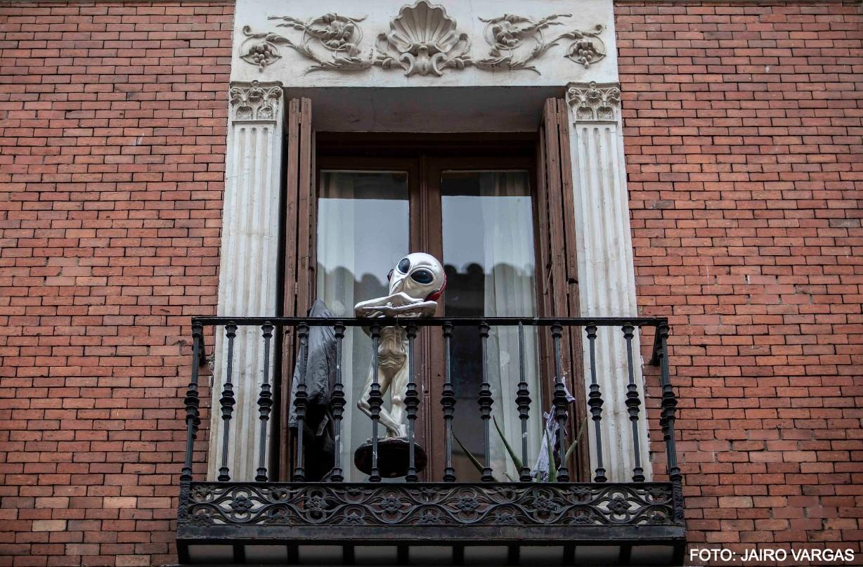 Alien de balcón durante la pandemia de coronavirus en Madrid. / JAIRO VARGAS