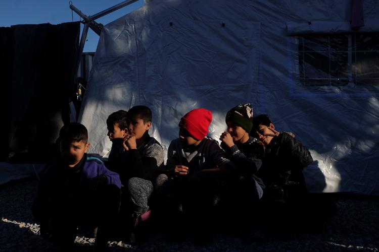 Niños en el campo de refugiados y migrantes de Moria, en la isla griega de Lesbos. REUTERS/Elias Marcou