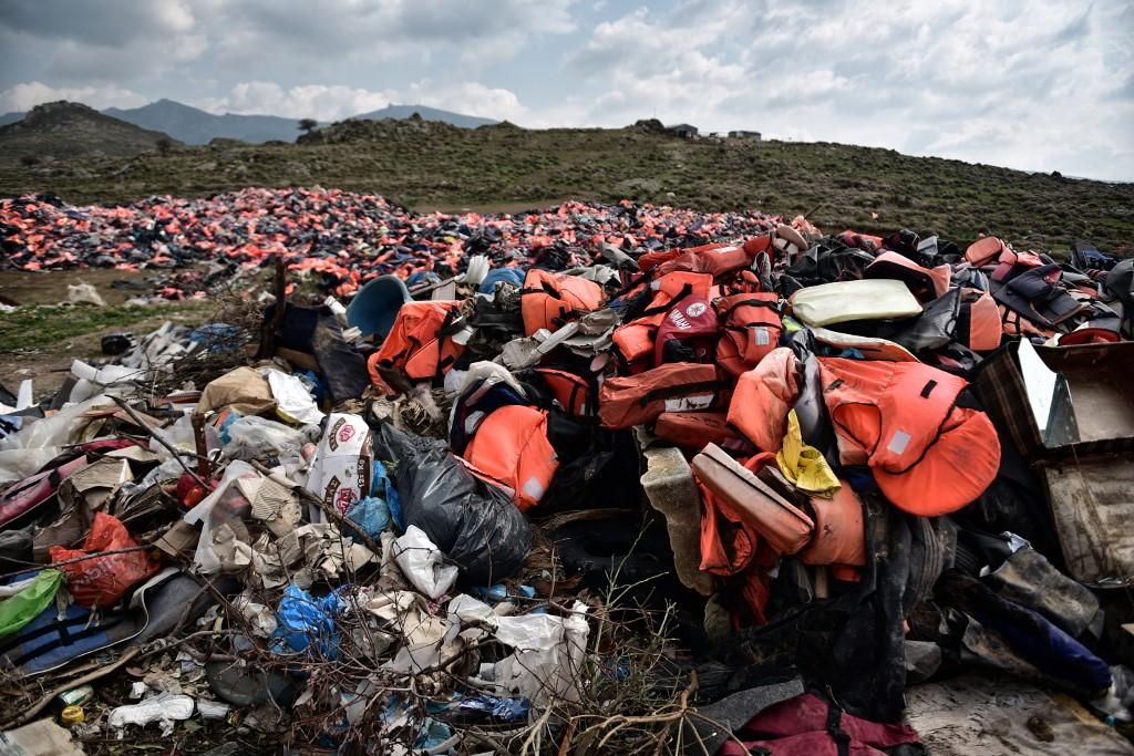 Miles de chalecos salvavidas dejados por los refugiados sde amontona en la isla de Lesbos. AFP/LOUISA GOULIAMAKI