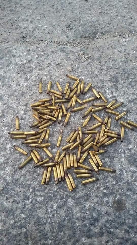 Casquillos de bala, uno incluso con el proyectil todavía en él, recogidos por los residentes del poblado momentos después de la protesta del 12 de julio.
