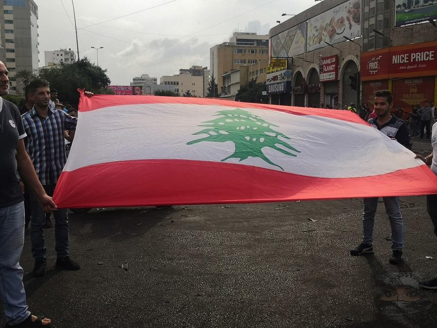 Bandera libanesa desplegada durante las protestas contra el gobierno