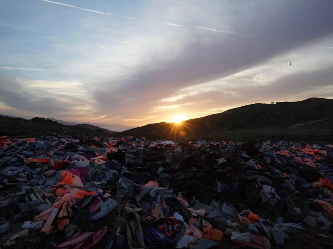 El sol poniéndose en el cementerio de chalecos salvavidas de la isla de Lesbos