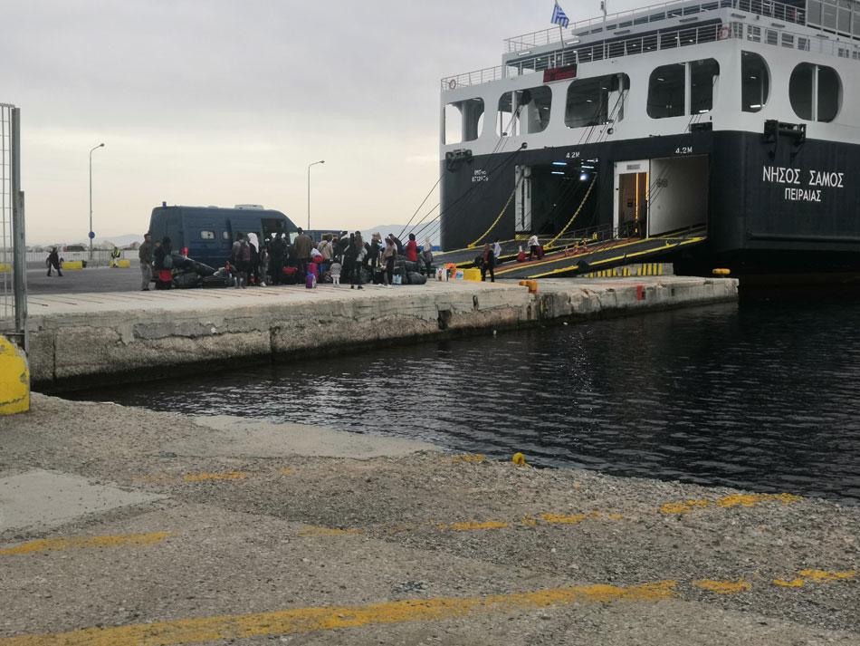 Traslado de un grupo de personas refugiadas en Lesbos hacía Atenas