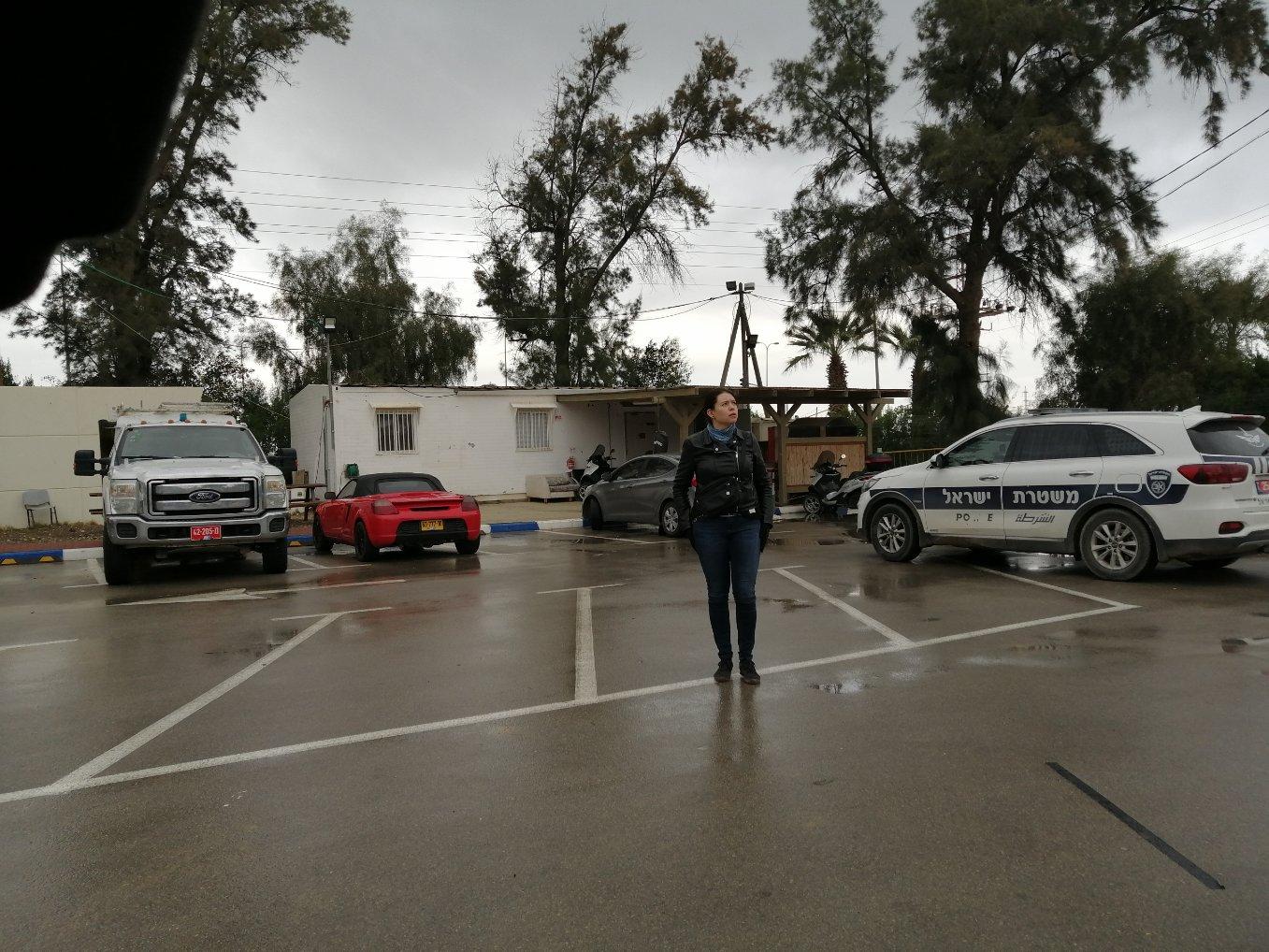 Anna Kontula en la puerta de la estación de policía de Ofakim momentos después de ser liberada.