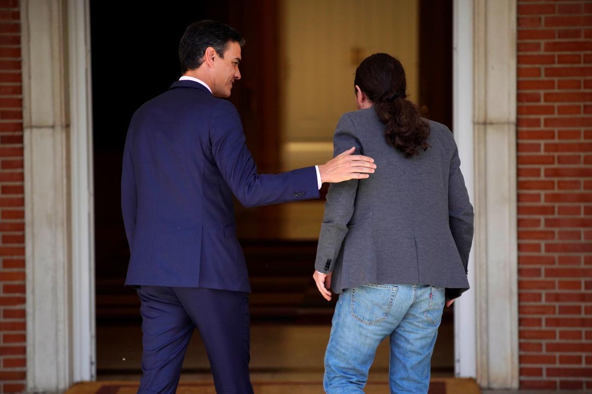 Pedro Sánchez recibe en la entrada del Palacio de la Moncloa a Pablo Iglesias, en su reunión el pasado mayo, tras las elecciones del 28-A. REUTERS/Juan Medina