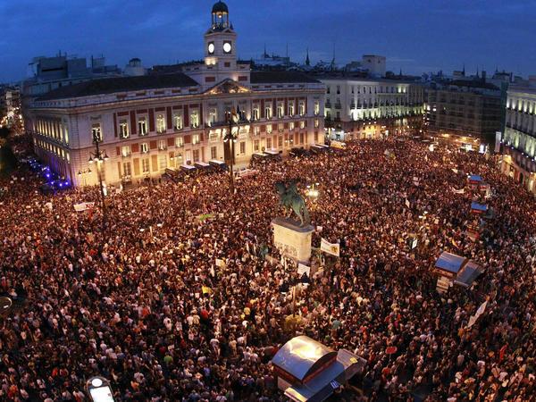 Seguidores del 15M abarrotan la céntrica Puerta del Sol de Madrid en el primer aniversario en 2012. (EFE)