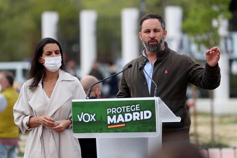 El presidente de Vox, Santiago Abascal, y la candidata a la Comunidad de Madrid, Rocío Monasterio, asisten a un acto de precampaña en Vicálvaro. EFE/ Rodrigo Jiménez