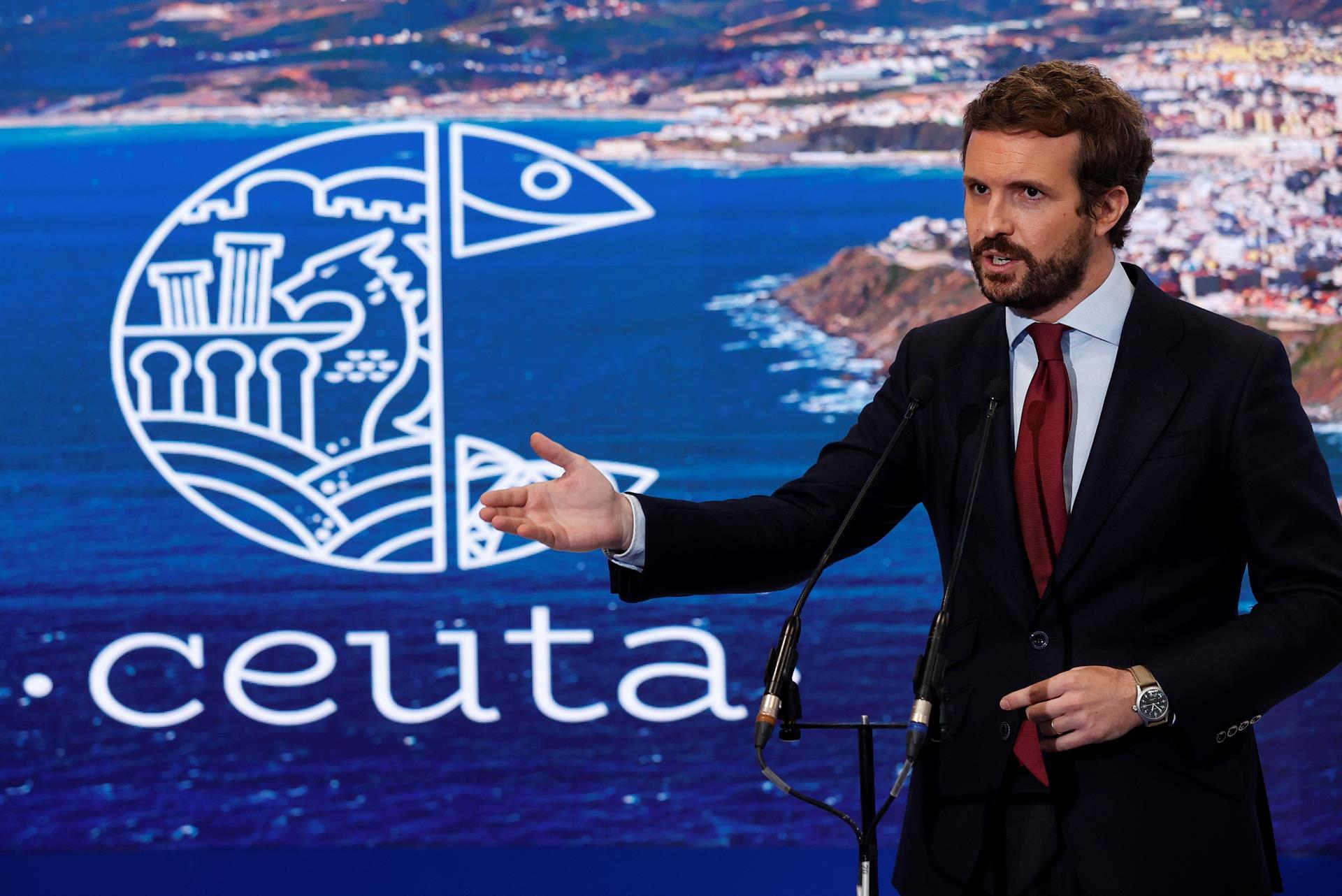 El presidente del Partido Popular (PP), Pablo Casado, hace declaraciones en su visita al stand de Ceuta de la Feria Internacional de Turismo FITUR que tiene lugar en las Instalaciones de IFEMA, en Madrid. EFE/Chema Moya