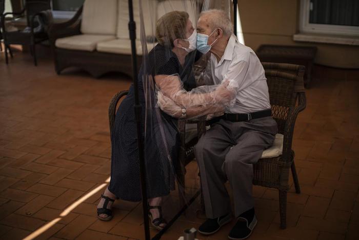 Una de las imágenes de las residencias de ancianos españolas por las que ha recibido el premio Pulitzer el fotógrafo Emilio Morenatti.