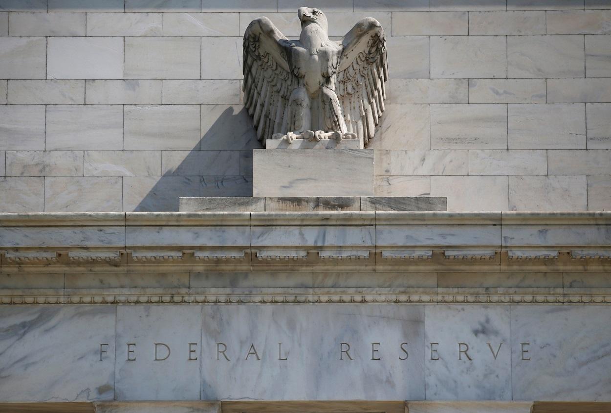 Detalle de la fachada de la Reserva Federal, el banco central de EEUU, en Washington. REUTERS/Leah Millis