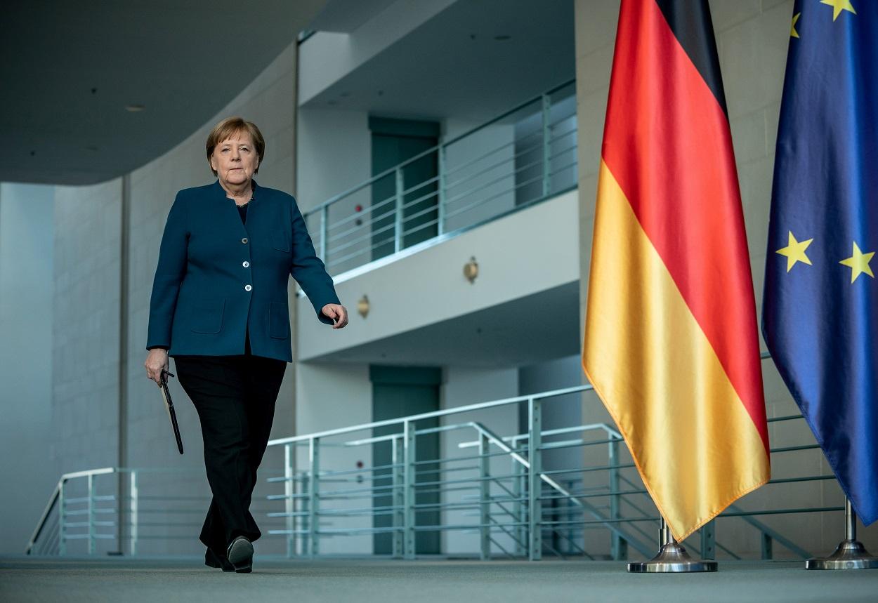 La canciller alemana, Angela Merkel, se dirige a una comparecencia ante los medios en la Cancillería en Berlín, el pasado domingo. REUTERS/ Michel Kappeler/Pool